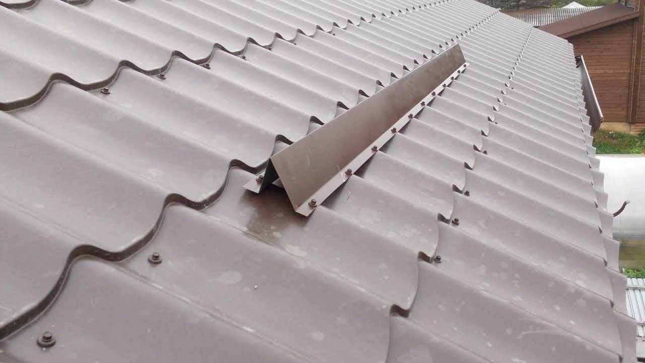 Снегозадержатели на крышу: трубчатый, уголковый и другие, зачем нужна планка снегозащиты на кровле, типы и виды снегозадержателей