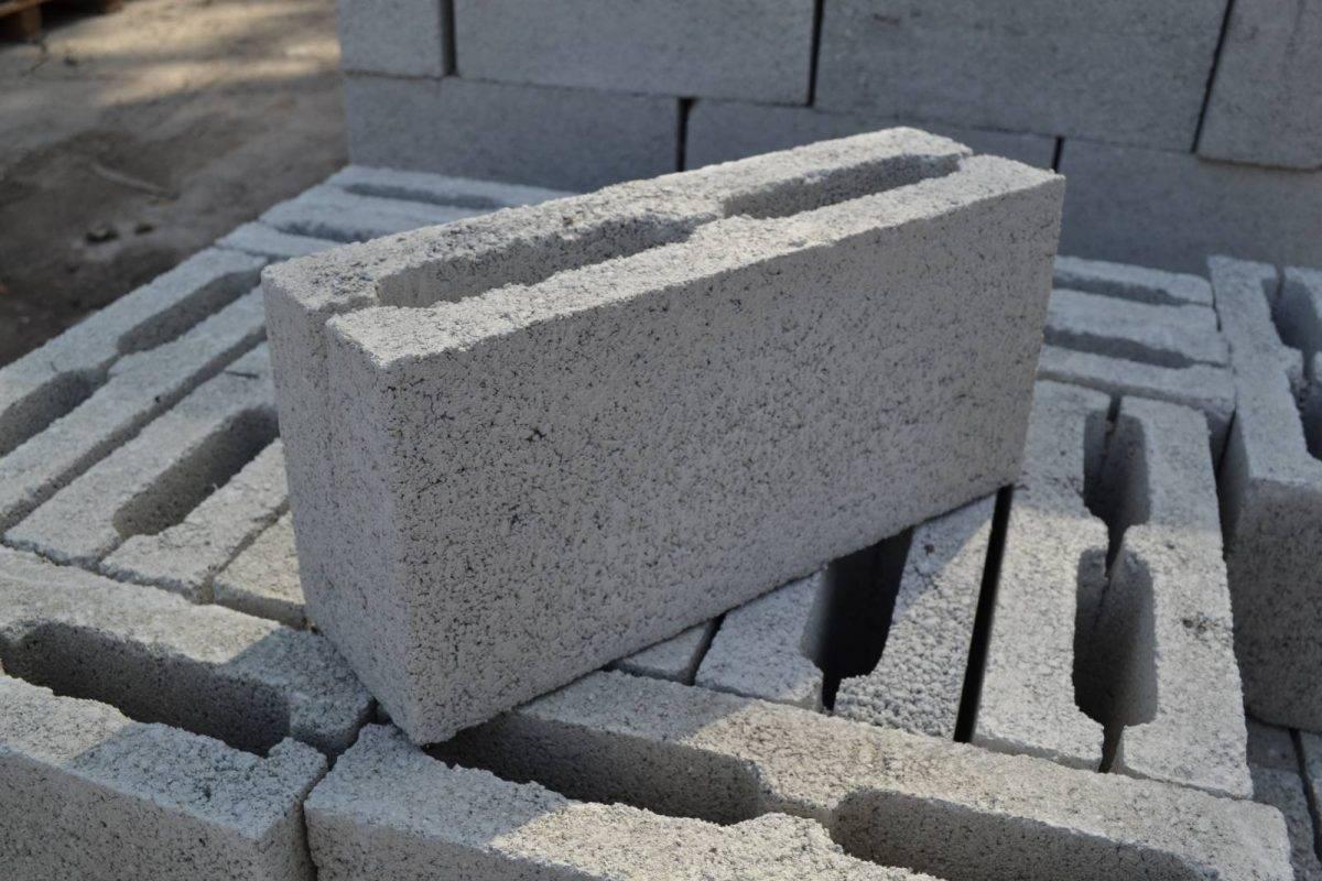Толщина стен из керамзитобетонных блоков: какой должна быть для дома, бани, в зависимости от назначения и расположения конструкций