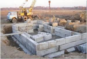 Сборный ленточный фундамент из бетонных блоков фбс для дома: размеры, виды, монтаж, плюсы и минусы