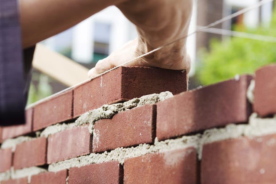 Как класть кирпич правильно: разные способы и технологии возведения стен