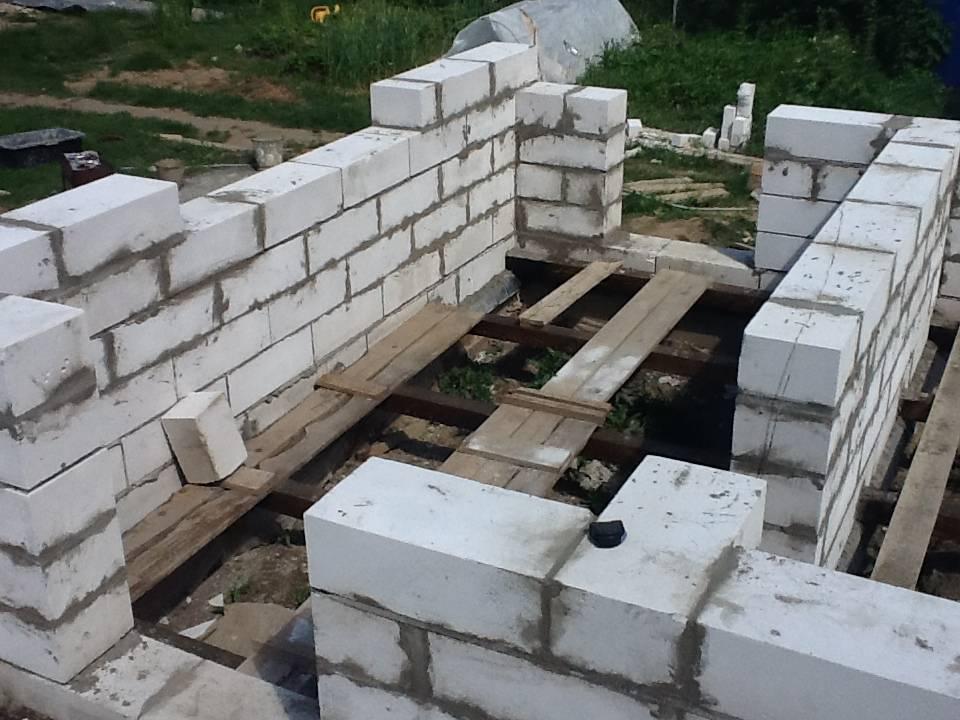 Как построить сарай своими руками из пеноблоков: видео-инструкция по монтажу, особенности строительства бани из шлакоблоков, фото