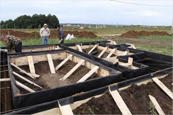 Что положить между фундаментом и брусом для гидроизоляции