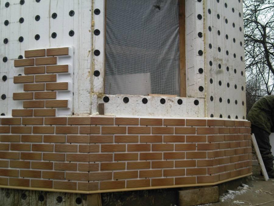 Как производится укладка фасадной плитки при помощи клея и саморезов
