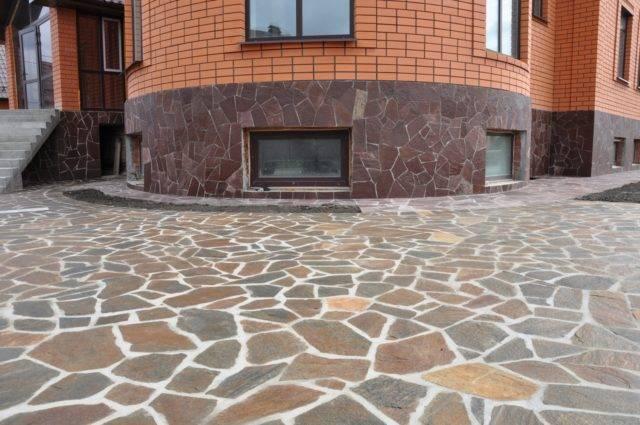 Плитняк (44 фото): клумбы из камня-плитняка, галтованный и гранитный, другие виды. что это такое? природный плитняк в ландшафтном дизайне