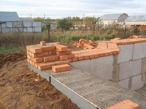Как правильно производить монтаж ленточного фундамент для частного дома из кирпича или бетона