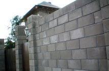 Все нюансы строительства забора из керамзитобетонных блоков