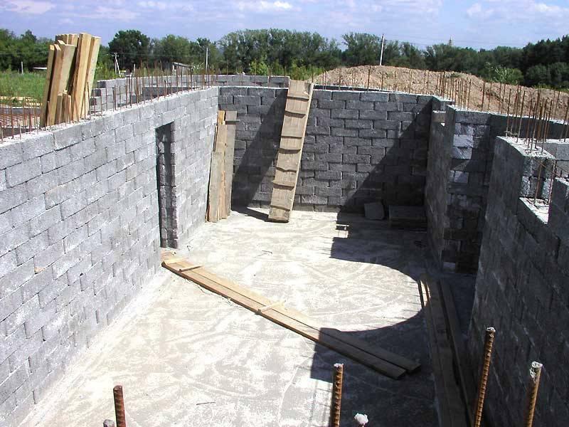 Особенности строительства стен дома из бетонных блоков и технология кладки