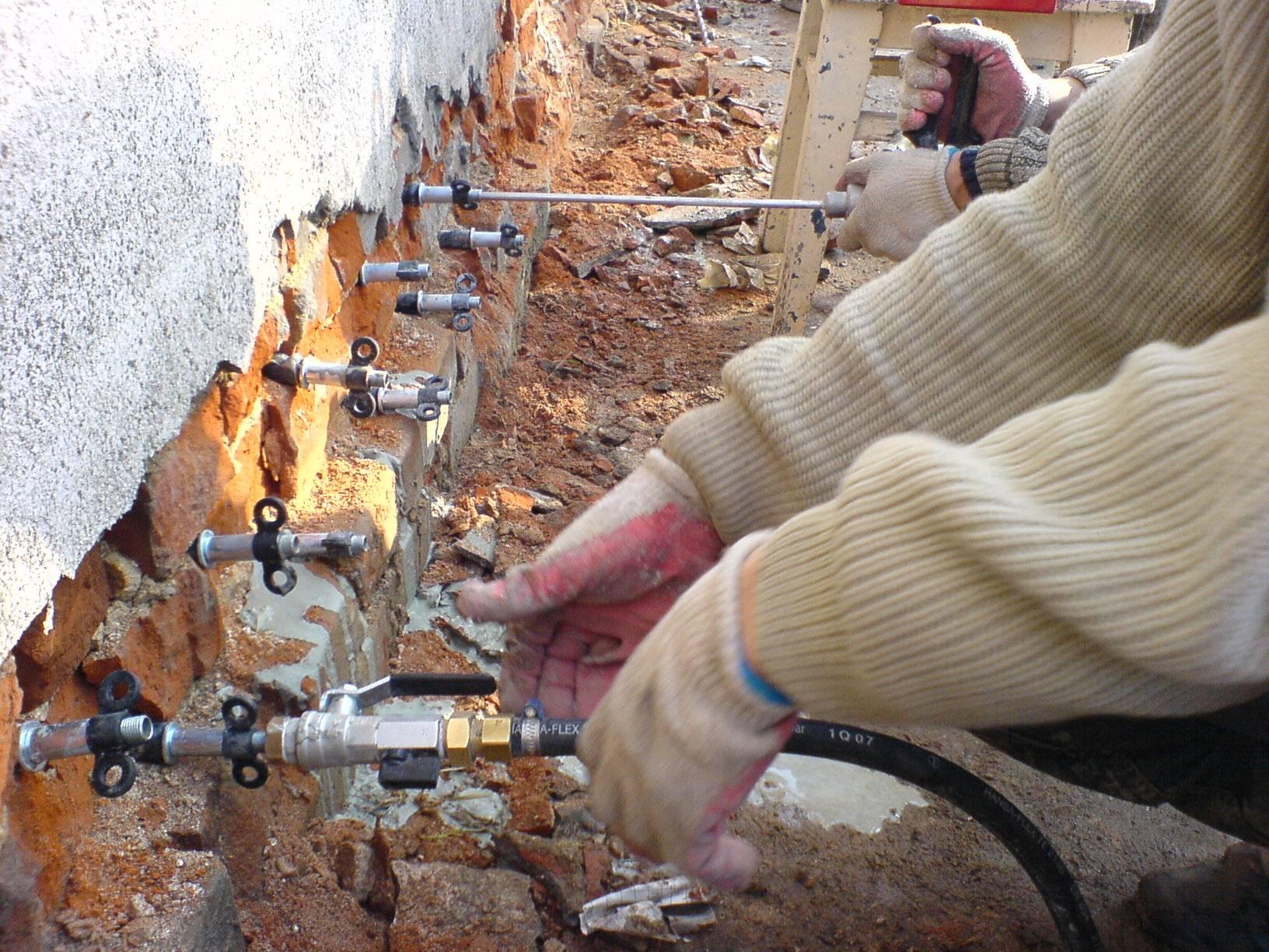 Плюсы и минусы, сфера применения обмазочной гидроизоляции фундамента