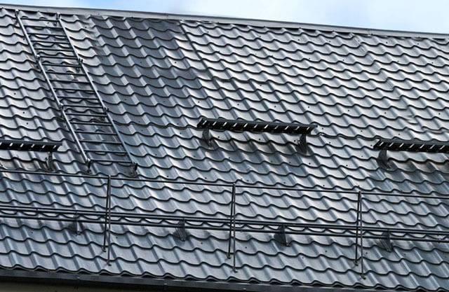 Зачем нужны системы снегозащиты и основные виды снегозадержателей для крыши