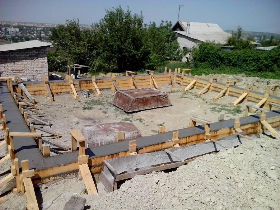 Расчет толщины монолитной плиты фундамента для дома из бруса, кирпича и газобетона