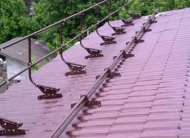 Снегозадержатели на крышу из металлочерепицы: виды и инструкция по установке