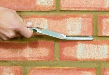 Затирка швов кирпичной кладки: чем заделать швы своими руками?
