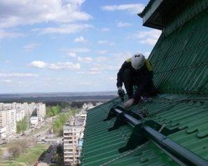 Для чего нужны снегозадержатели на крыше и как их установить