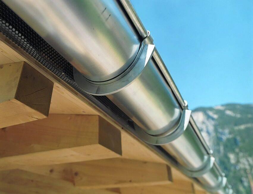 Водостоки для крыши металлические — монтаж своими руками, тонкости расчета и установки