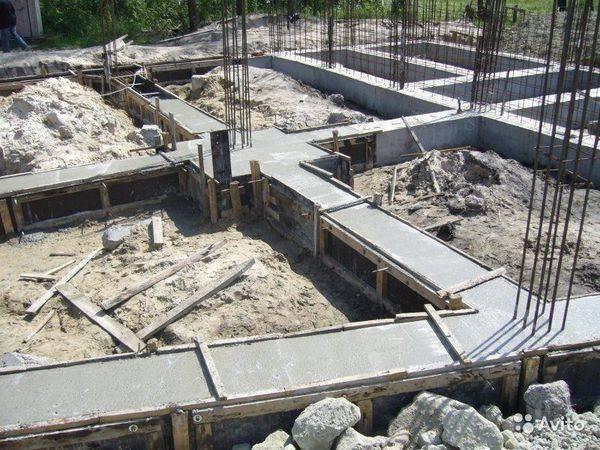 Установка ленточного фундамента под деревянный дом из бруса