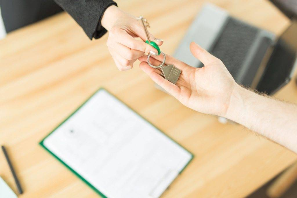 Что лучше дарственная или завещание на квартиру, что надежнее?
