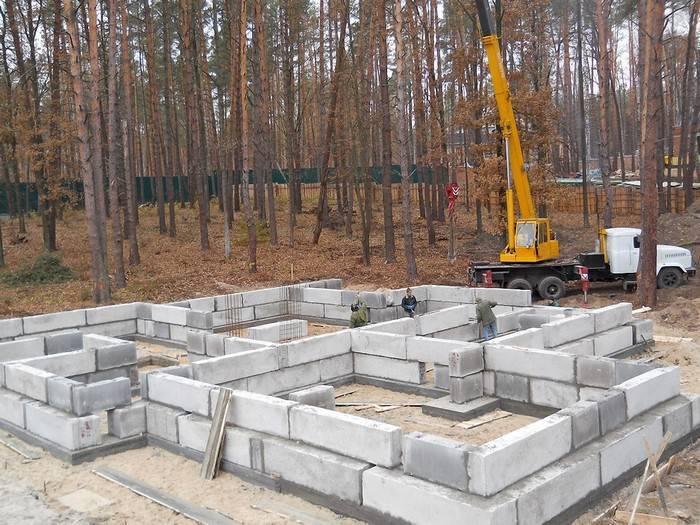 Виды блоков для фундаментов и технология их укладки
