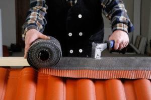Как крепить конек на металлочерепицу: крепление фигурной планки, вентиляции, как установить круглый коньковой элемент