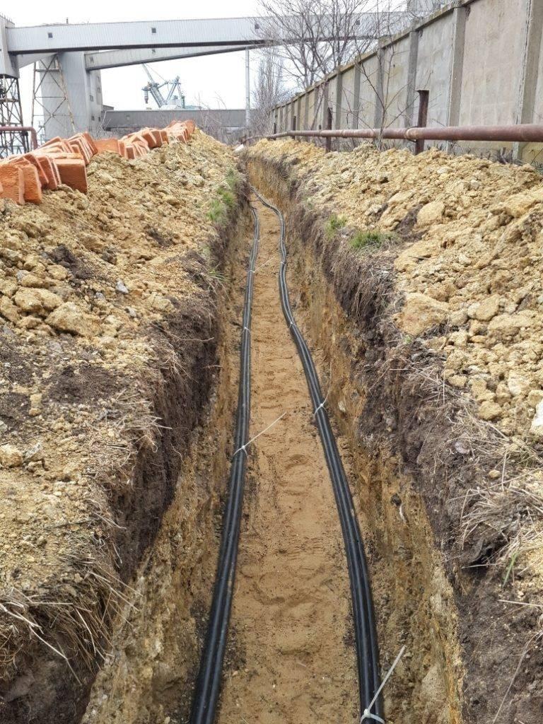 Прокладка кабеля в трубе в траншее: расценка в смете на работу и материалы, виды труб, технология и алгоритм подземной укладки
