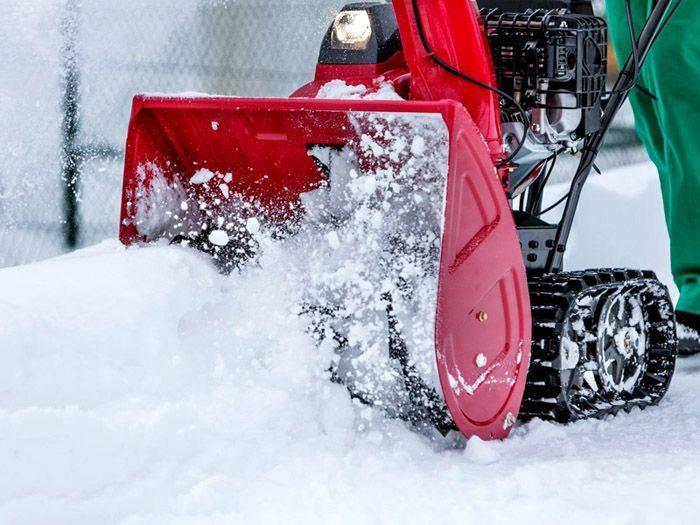 Электрический снегоуборщик: особенности снегоуборочных машин с металлическими и резиновыми шнеками. как выбрать самоходный снегоочиститель для дачи? рейтинг моделей и отзывы владельцев