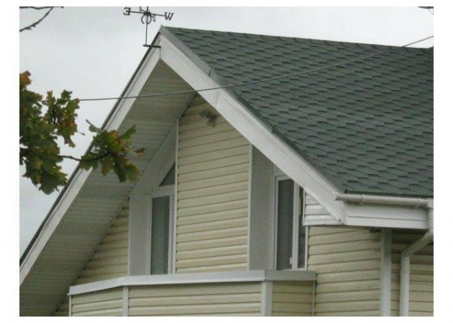 Чем лучше подшить свесы крыши дома?