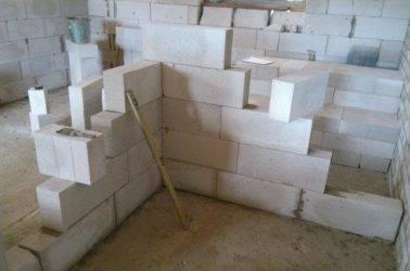 Полнотелый бетонный блок: технические характеристики, сфера применения, подойдет ли в качестве стенового материала, преимущества и недостатки