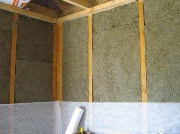 Процесс утепление стен изнутри с помощью минваты