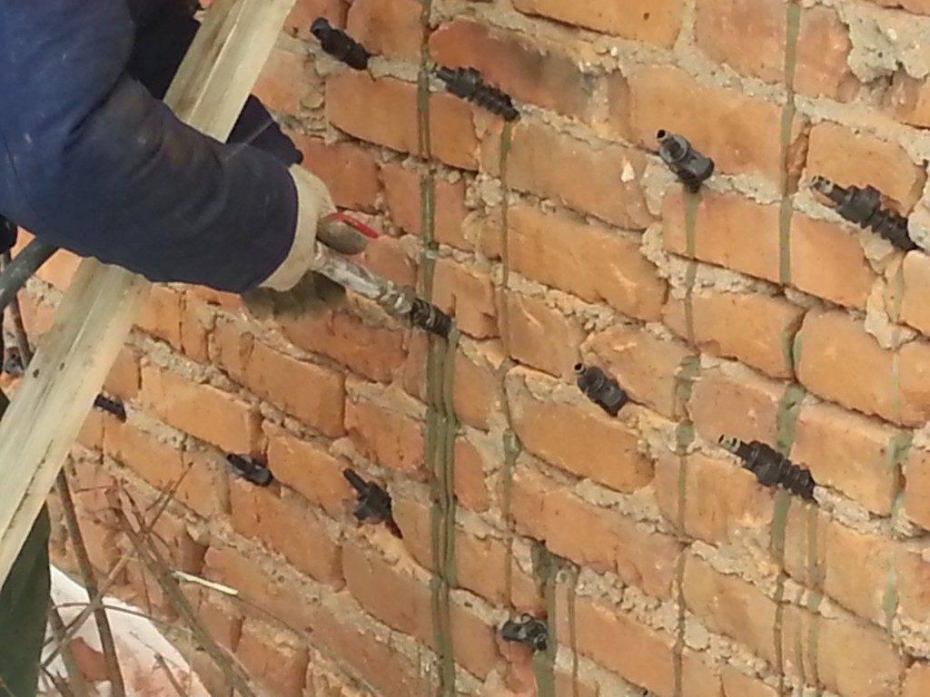 Технология ремонта кирпичной кладки в стене квартиры снаружи или изнутри, если имеются дыры отдельными частями