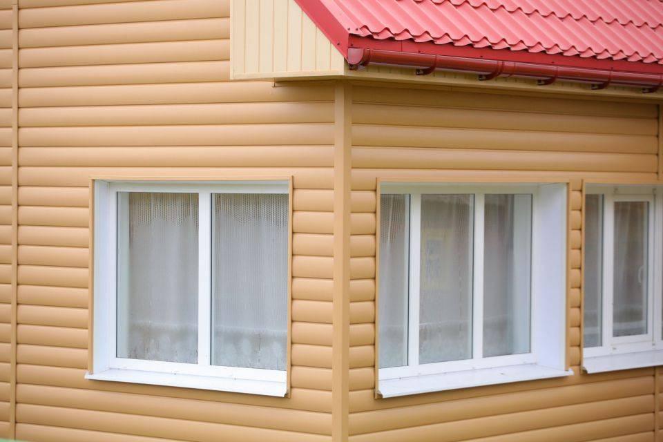 Как крепить блок-хаус снаружи к стене дома: правильное крепление панелей при помощи саморезов и кляммеров