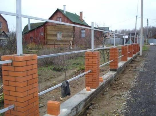 Ленточный фундамент под забор: стоимость работы, заливки, примерные расценки за метр погонный и строительство в целом