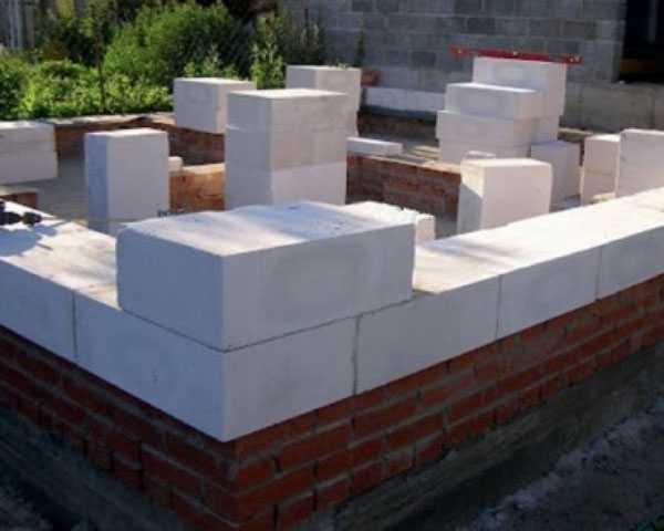 Цоколь из кирпича на ленточный фундамент: материалы для строительства, пошаговая технология кладки, достоинства и недостатки кирпичной конструкции
