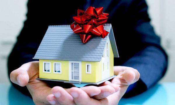 Завещание или дарственная на землю и дом — что лучше?