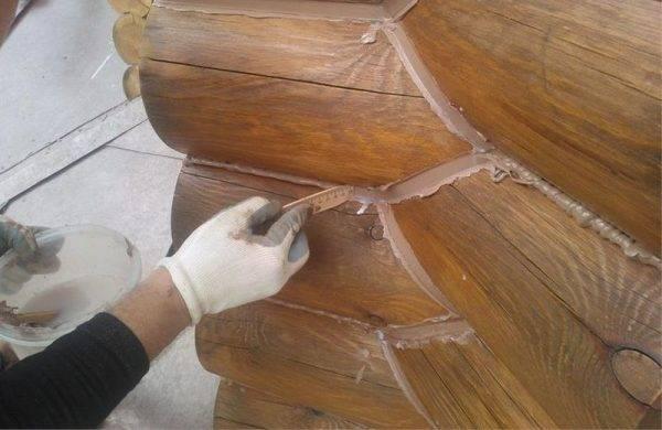 Почему появляются трещины в брусе снаружи дома, и чем лучше всего заделать дефекты?