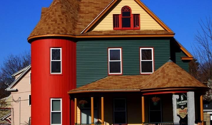 Покраска фасада дома своими руками: как правильно выбрать краску, сочетание цвета (видео)
