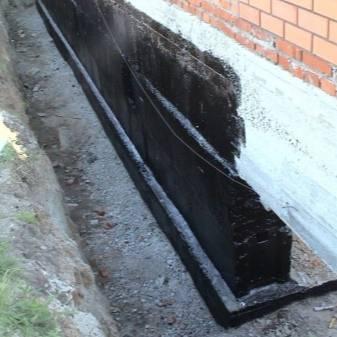 Гидроизоляция цоколя: чем обработать фундамент снаружи и изнутри, чем покрыть сверху для защиты от воды, как сделать изоляцию от влаги в уже построенном доме?
