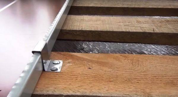 Как крепить профнастил на крышу саморезами: подробная инструкция в деталях