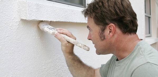 Как осуществить покраску фасада по штукатурке