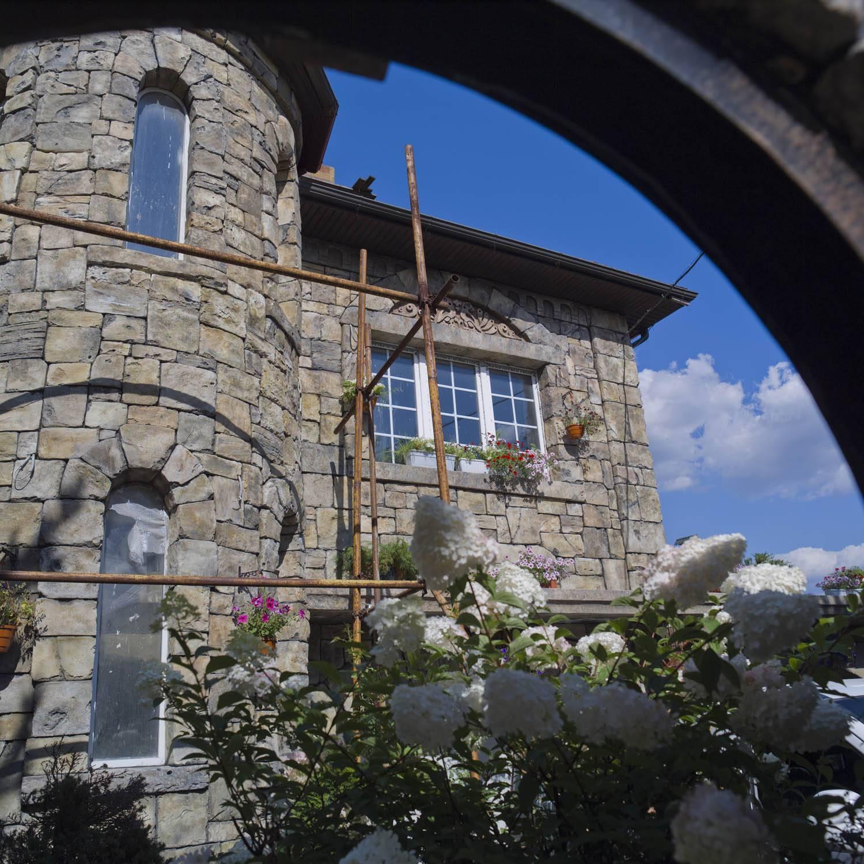 Отделка фасада дома камнем и штукатуркой: технология и варианты оформления