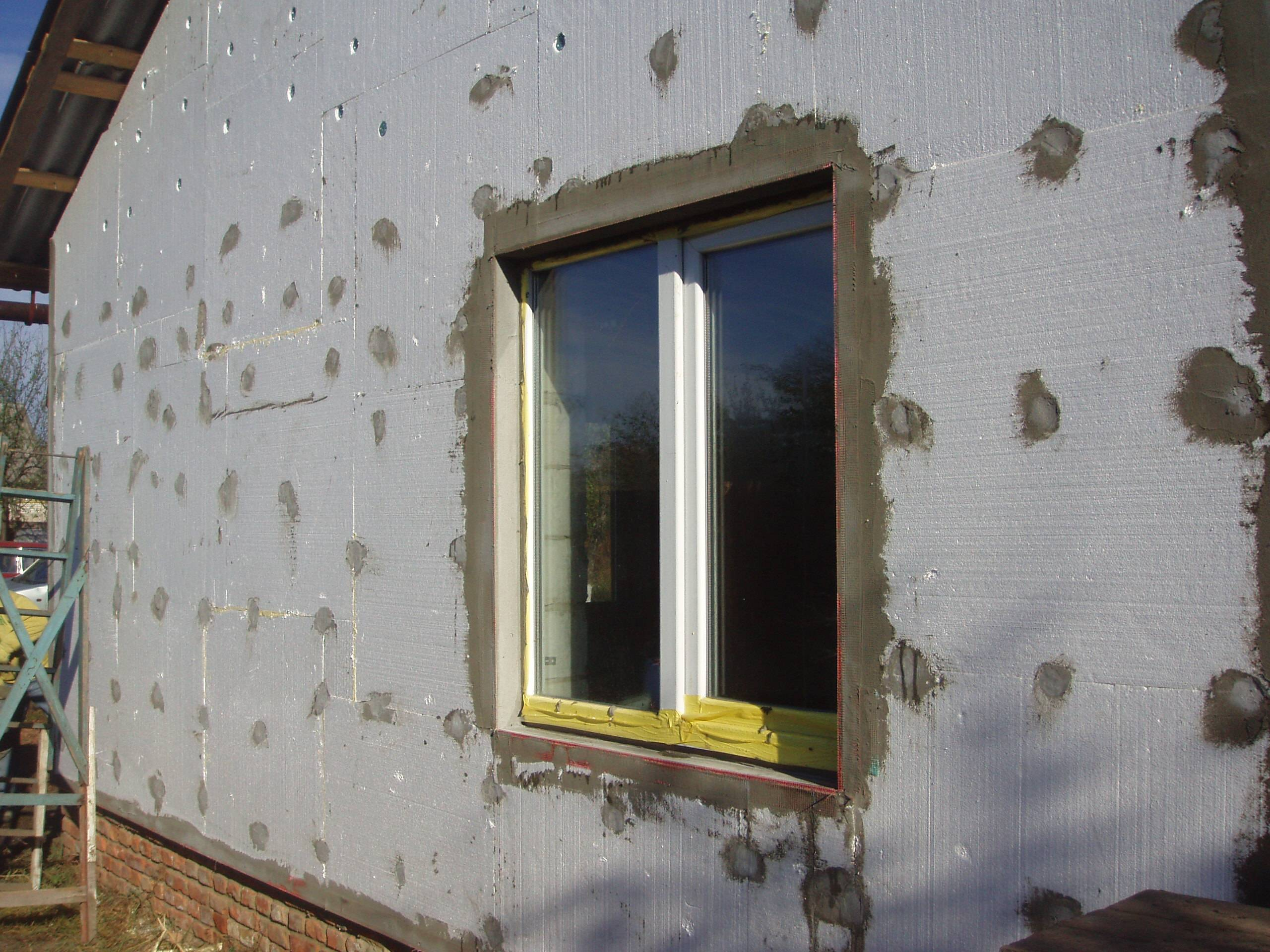 Чем штукатурить пеноплекс снаружи дома: оштукатуривание цоколя, как шпаклевать фасад, декоративная грунтовка внутри помещения своими руками