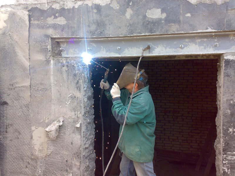 Усиление кирпичных стен: проемов оконных, стальными тяжами (обоймами) в конструктивных элементах, а также все способы укрепления при недостаточной несущей способности