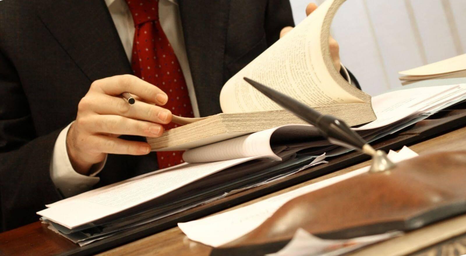 Договор купли-продажи гаража с земельным участком под ним: образец документа, как правильно составить, какие пункты должен включать, а также требуется ли заверение