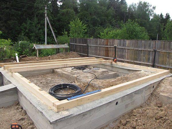 Плитный фундамент для дома из газобетона: какой должна быть толщина и заглубление монолитной фундаментной плиты для одноэтажного и двухэтажного здания?