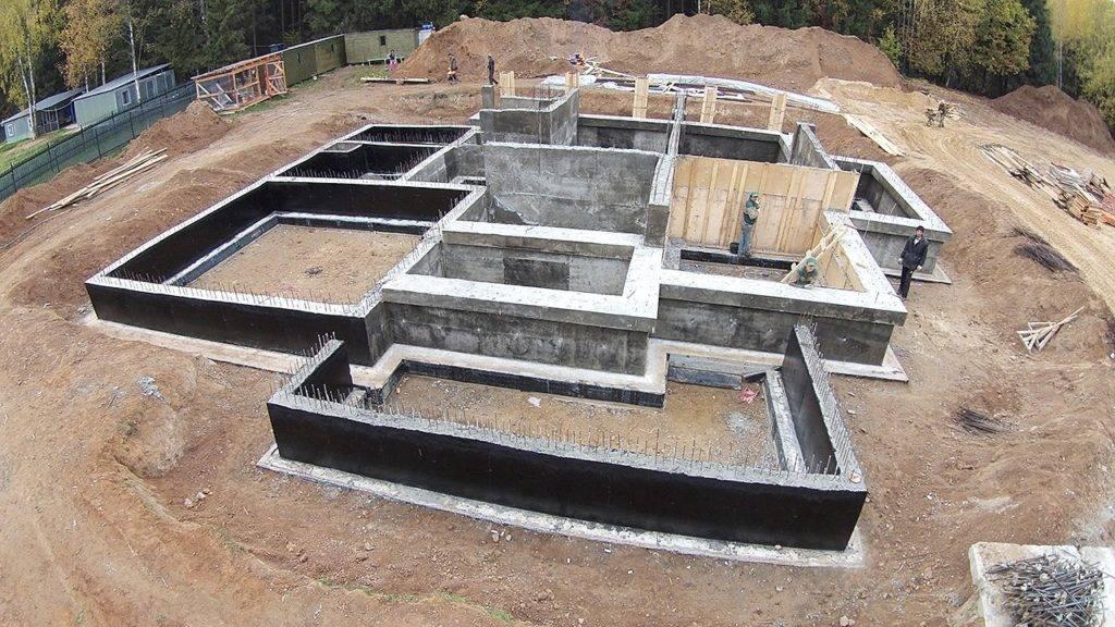 Ленточный фундамент или монолитная плита — какое основание лучше?