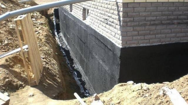 Жидкая гидроизоляция: материалы для пола и стен, тонкости нанесения на кирпич, монтаж в деревянном доме