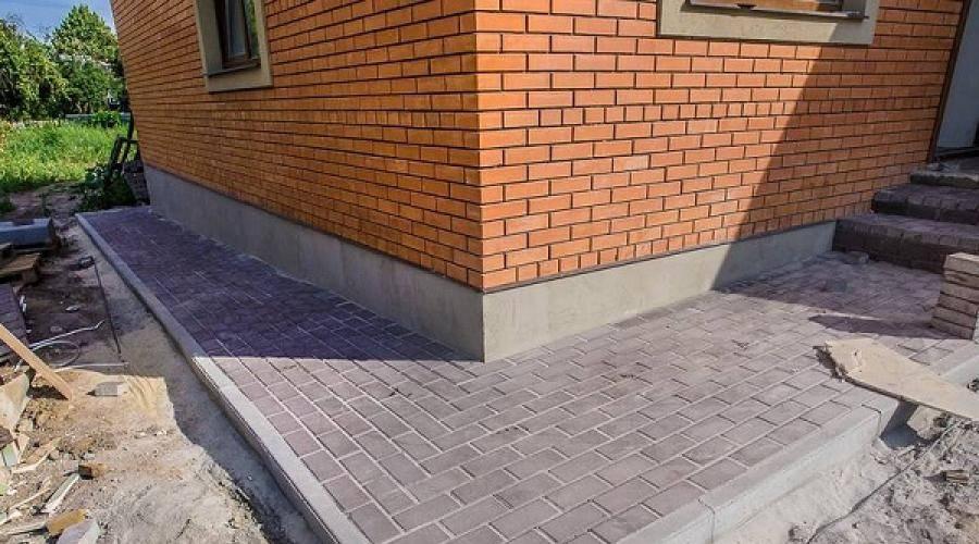 Отмостка из тротуарной плитки своими руками:пошаговая инструкция как сделать отмостку вокруг дома