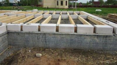 Цокольный блок: бетонный, фундаментный, строительство этажа из фбс, цоколь из шлакоблока, видео-инструкция по монтажу своими руками, фото и цена