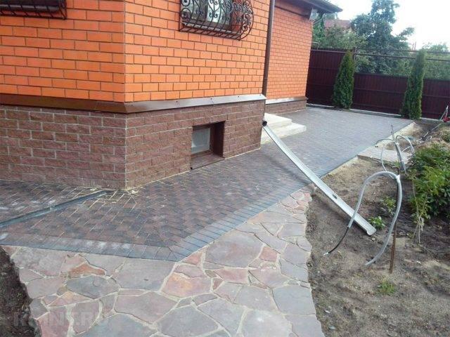 Отмостка вокруг дома из тротуарной плитки своими руками: пошаговая инструкция, как правильно сделать укладку на песок, выложить на раствор, технология отделки
