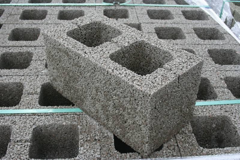 Керамзитобетонные блоки с облицовкой: цветные, с декоративным покрытием, с утеплителем, возможные размеры, цена, плюсы и минусы камня, особенности кладки
