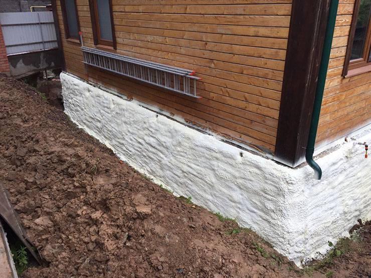 Как лучше утеплять фундамент дома снаружи
