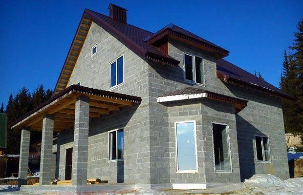 Что собой представляют дома из шлакоблоков: характеристика материала, плюсы и минусы, рекомендации и отзывы